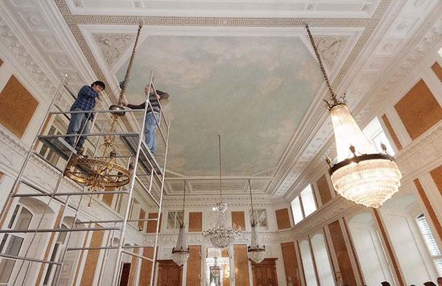 Sala Balowa - prace montażowe przy żyrandolach poddanych szczegółowej konserwacji Fot. Archiwum Muzeum-Zamku w Łańcucie